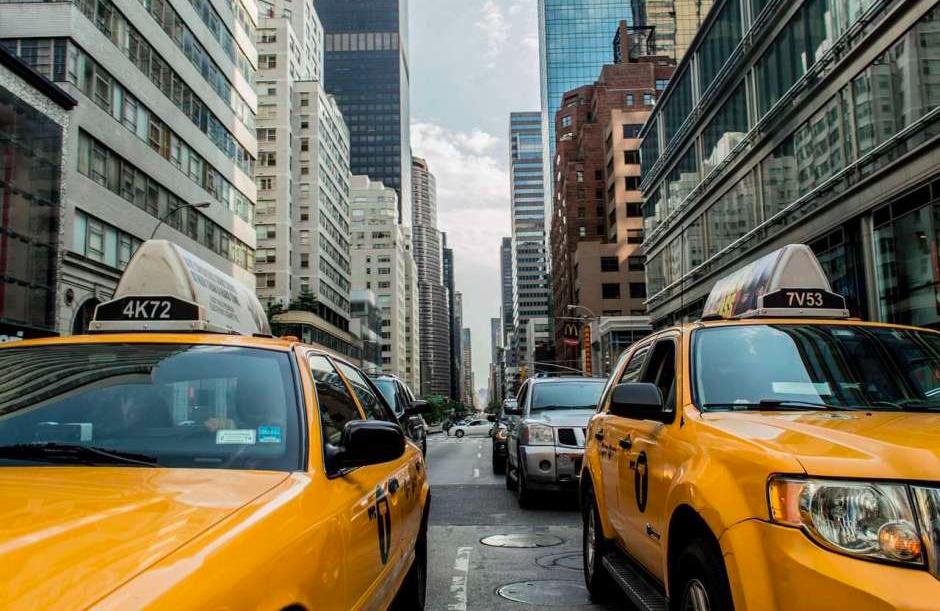 Proponen instalar botones policiales para proteger a taxistas ychoferes de New York