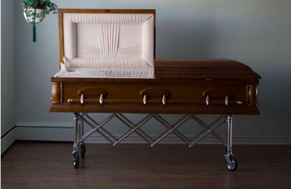 Quiso dormir dentro de un ataúd para alejar a la mala suerte y encontró la muerte