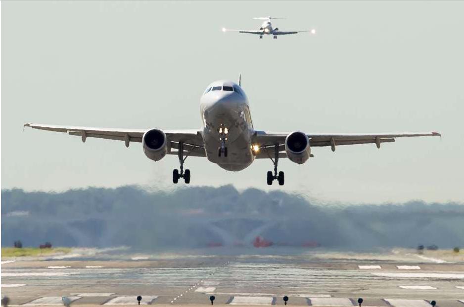 Feto en baño de avión en aeropuerto La Guardia fue abortado por una adolescente